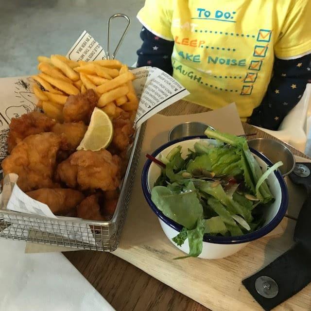 Kibbeling, Wedges und Salat für unser BLW Kind. Abendessen im Bij Marc im Landal Strand Resort Ouddorp Duin - unsere Woche Familienurlaub im Holland Ferienhaus von Landal Greenparks