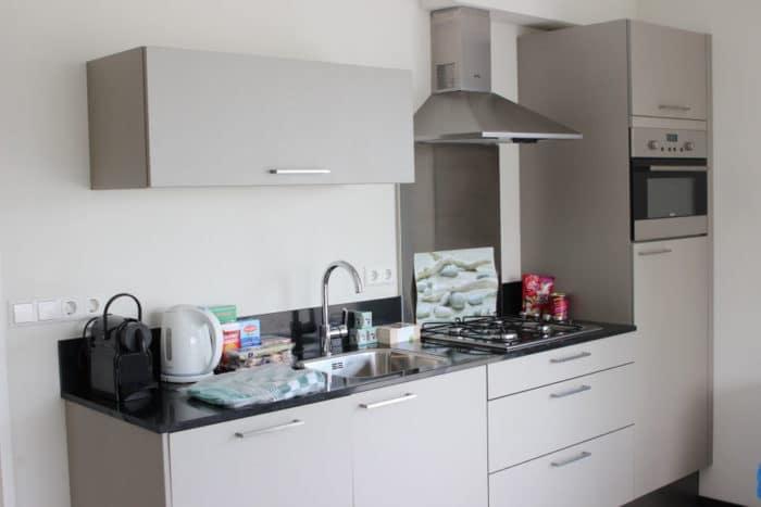 Offene und helle Küche imHolland Ferienhaus - kochen und backen im Urlaub mit BLW Rezepten und familienfreundlichen Speisen