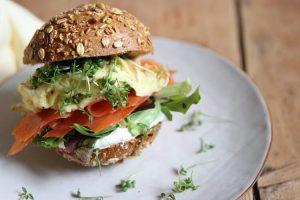 Lachs Rezepte: Lachs Sandwich mit Rührei und Kresse