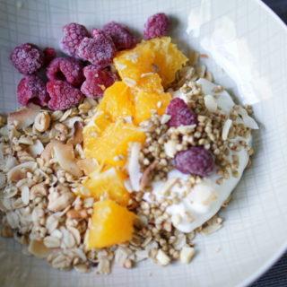 Müsli ohne Zucker selber machen geht blitzschnell und eignet sich bestens als Frühstück für die werdende Mama in der Schwangerschaft und Stillzeit - perfekter Start in den Tag mit der Louwen Diät für eine leichtere Geburt