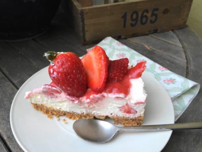 No bake Cheescake - ein Stück Kuchen mit Erdbeeren ohne Backen