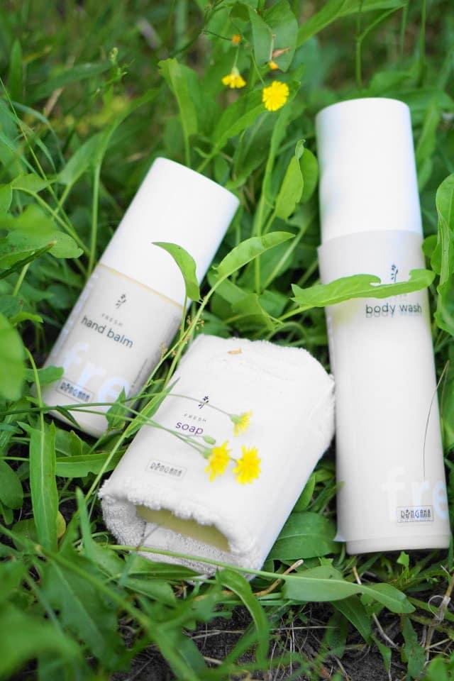 Ringana Seife, Handcreme und Body Wash im Gras liegend. Geoßes Gewinnspiel für Naturkosmetik