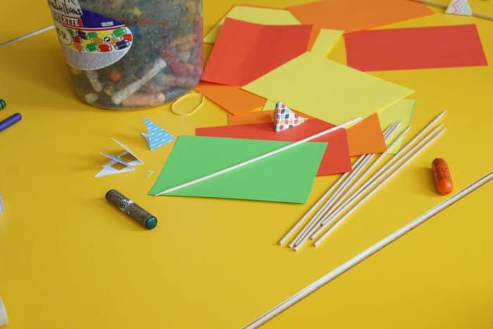 verschiedenes Material und Vorbereitung zum Segelboot basteln mit Kindern