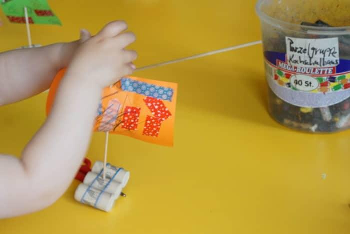 Seegelboot basteln mit Kindern ein einfaches und schnelles DiY mit Korken und Pappe für den Sommer