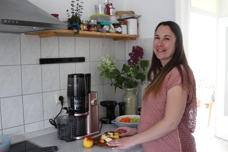 Gesunde Ernährung in der Schwangerschaft - Saft selbst pressen mit dem Hurom Slow Juicer