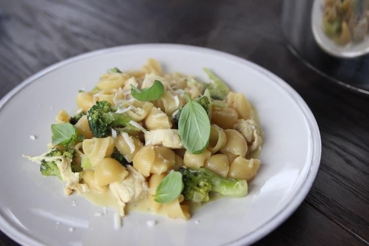 One-Pot-Pasta mit Hühnchen - so kochst du fürs Wochenbett vor