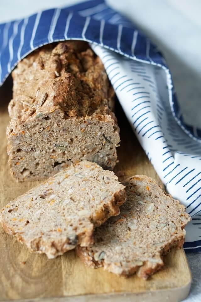 saftiges und gesundes Brot: Möhrenbrot selber backen: ein schnelles Rezept für Vollkornbrot mit Körnern und Saaten