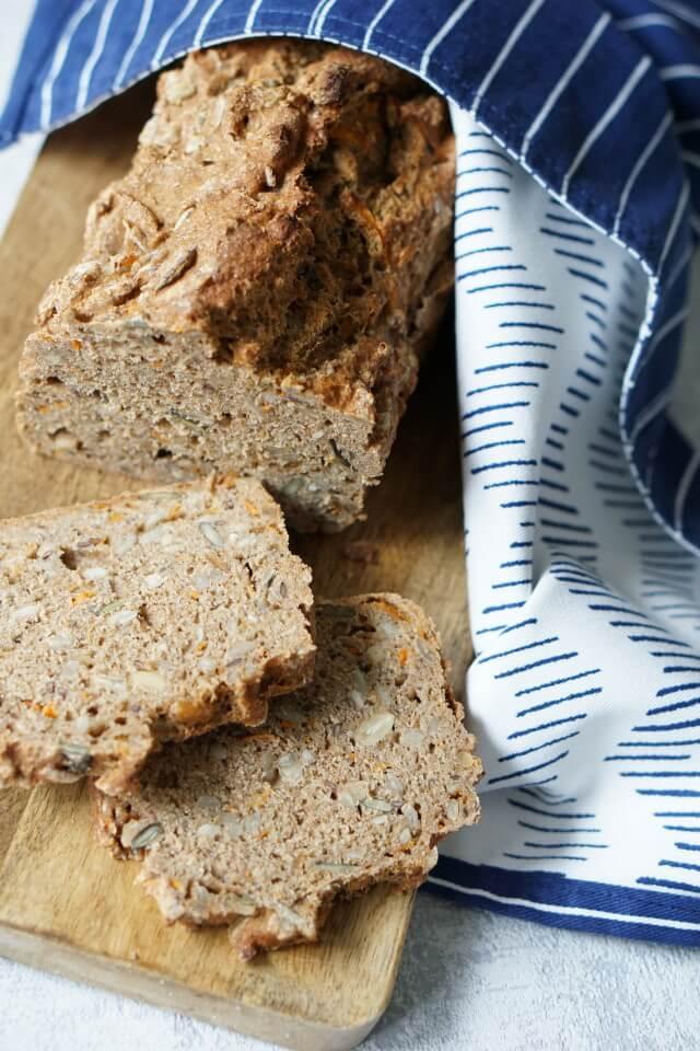 Brot selber backen ohne Wartezeit: ein leckeres gesundes Brot mit Karotten und Dinkelvollkornmehl für Kinder und eine gesunde Familienküche