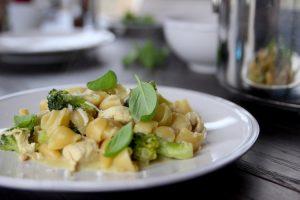 Vorkochen fürs Wochenbett: One-Pot-Pasta mit Brokkoli und Hühnchen