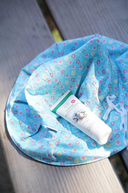 Sonnenschutz für Baby und Kleinkind - Hut und Sonnencreme