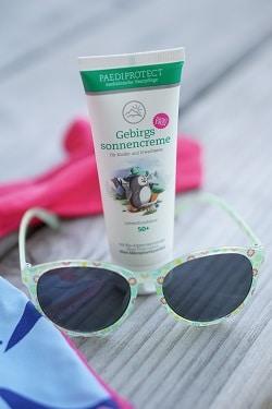 Sonnencreme und Sonnenbrille für Babys und Kleinkinder