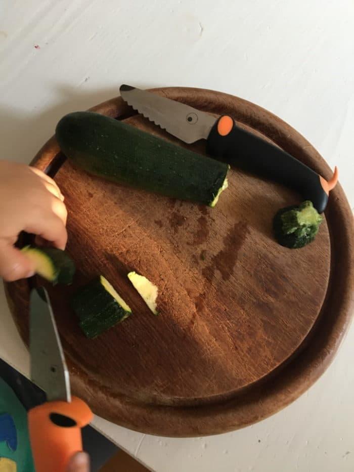Kindermesser von Kuhn Rikon - Messer für Kleinkinder und Kinder zumGemüse schneiden - perfekt um bei den Vorbereitungen für die BLW Rezepte mitzuhelfen