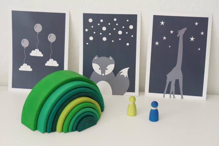 Kinderzimmer Wandgestaltung mit tollen Drucken von Typoteria - Fuchs, Giraffe und Wolken mit Luftballons für die Kinder