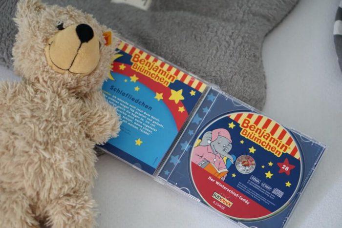 Teddy von Steiff und CD von Benjamin Blümchen - das darf am Abend zum Einschlafen im Familienbett nicht fehlen - neben Gute Nacht Geschichten zum Vorlesen und Mama natürlich