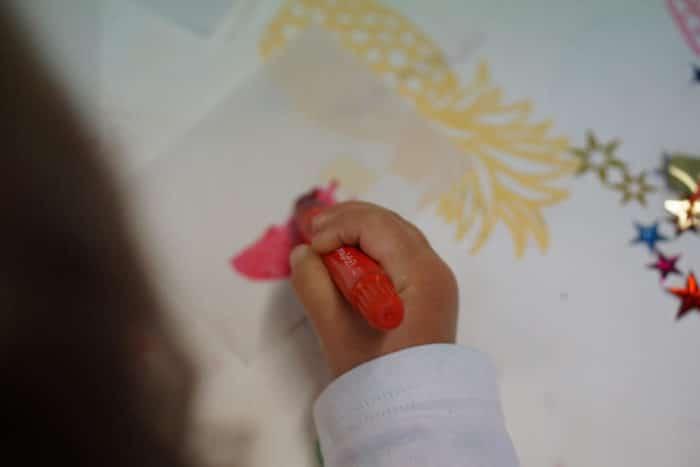 Das Transparentpapier für die Laterne zum Laternenumzug mit der Kindergruppe wird bemalt