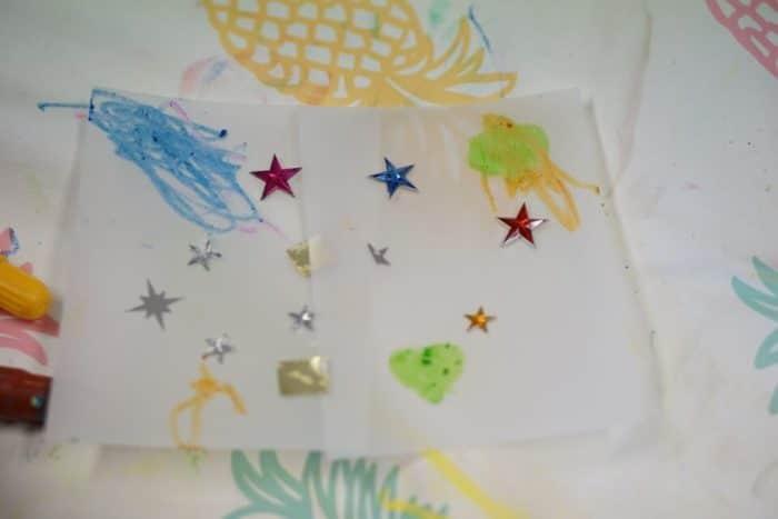 Sterne und bunte Stifte - mehr braucht es nicht, um eine einfache Laterne zu basteln