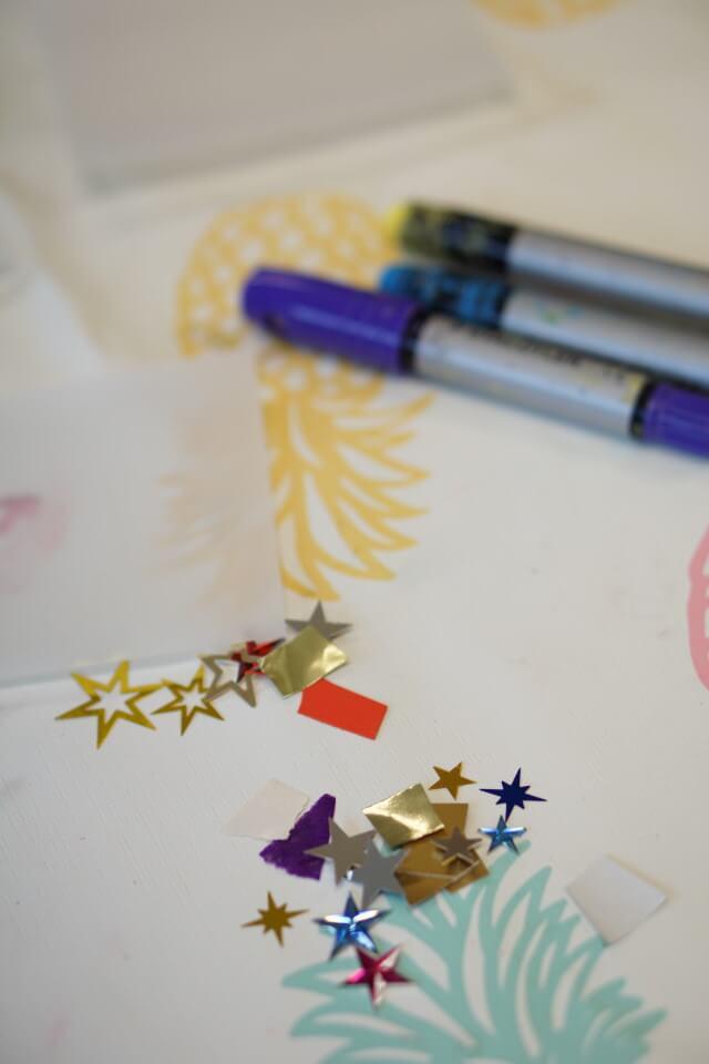 Fenstermalstifte oder Wachsmalstifte eignen sich super für einLaternen DIY mit Kids