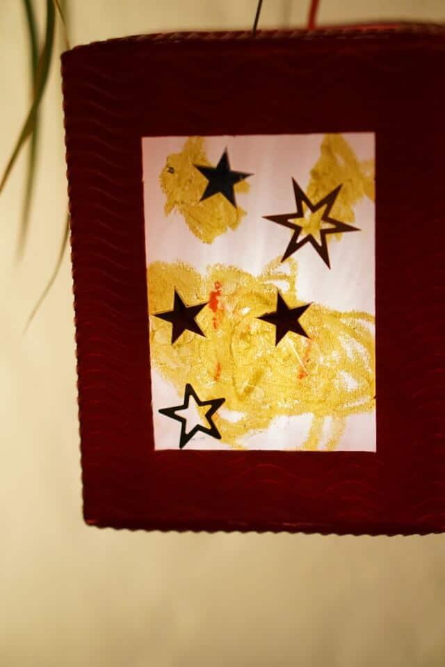Laterne mit Sternen und leuchtenden Farben für Kleinkinder