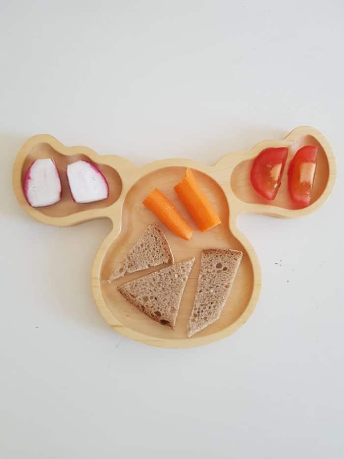 Ein leckeres und gesundes Angebot für den Beikoststart mit BLW und breifrei - Holzteller mit Tomate und Gemüsesticks