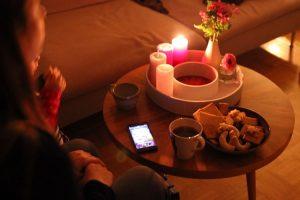 Adventsrituale mit Kindern rund um den Adventskranz singen und Plätzchen essen