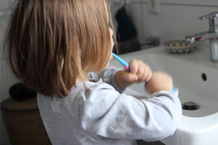 Unsere 12 besten Tipps für das Zähne putzen bei Babys und Kleindkindern. Wie zähne putzen gewaltfrei stattfinden kann und Spaß macht