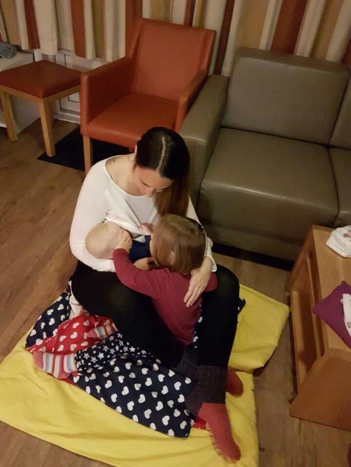 Mama mit zwei Töchtern - Stillen und Kuscheln im Familienurlaub