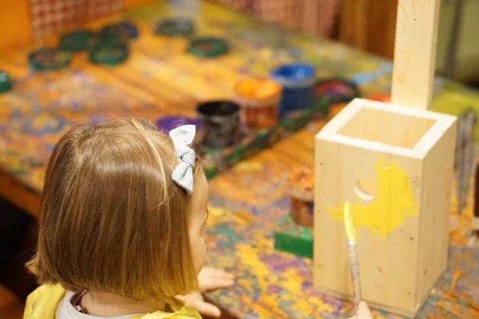 ein Vogelhäusschen selber bauen mit Kindern - Das Kinderprogramm unseres Familienurlaubs war abwechslungsreich und an Regentagen wurde viel gebastelt