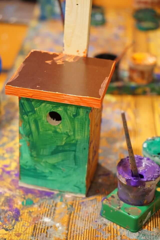 DIY Vogelhaus für Kinder - mit wenigen Holzstücken wurde ein kleines Vogelhäusschen gebastelt und bunt angemalt - optimale Beschäftigung im Urlaub mit Baby und Kleinkind