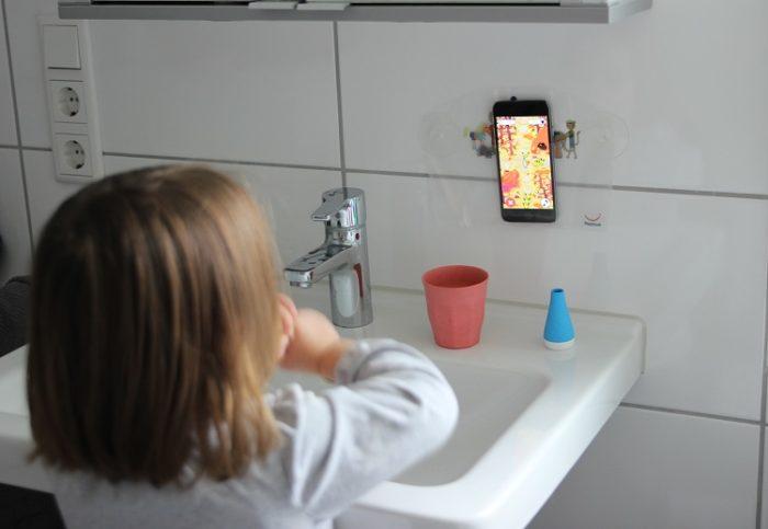Zähne putzen Kleindkind - für Kinder ab 3 Jahren ist die Playbrush einfach genail. Eine App hilft beim Zähneputzen und beim Jagen der kleinen Kariesmonster werden die Zähne gründlich geputzt