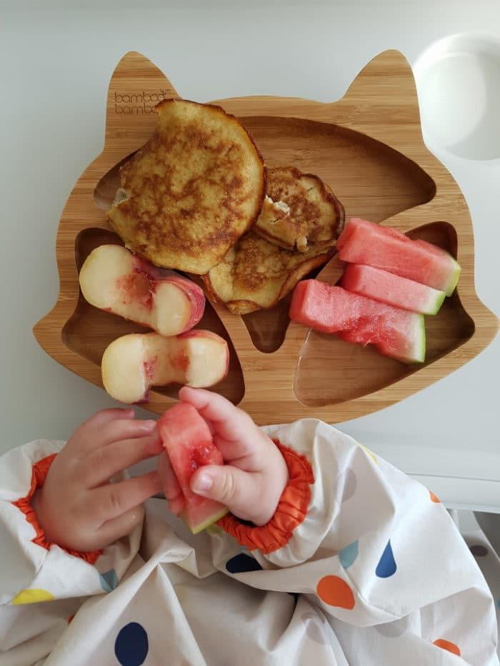 Frühstücksteller aus Holz mit frischem Obst und Pfannkuchen ohne Zucker - blw Rezepte für Babys und Kleinkinder