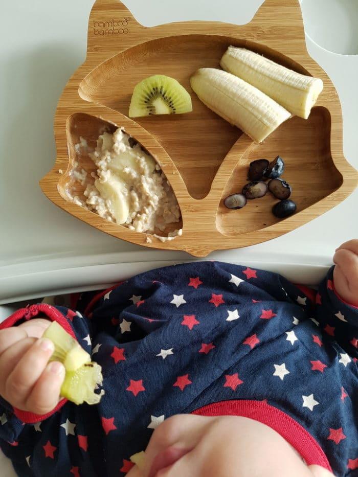 breifreies Frühstück mit frischem Obst vom Holzteller für Baby - eine Beikosteinführung ohne Babybrei ist für alle ein entspannter Weg für eine gesunde Familienküche