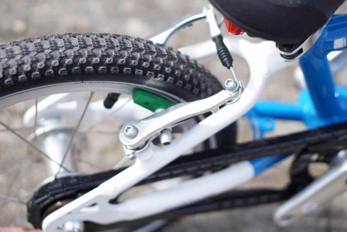 grün gekennzeichnete Handbremse für die Hinterradbremse am woom 2 Kinderfahrrad - Fahrradfahren lernen leicht gemacht