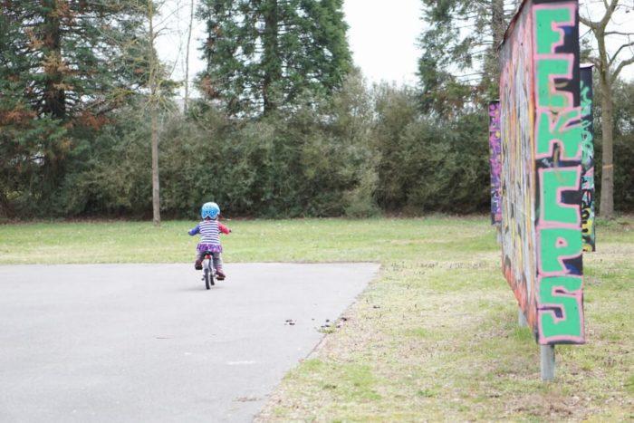 Unterwegs mit Kindern auf dem Skaterplatz bei Sonnenschein - die ersten Versuche mit dem Kinderfahrrad