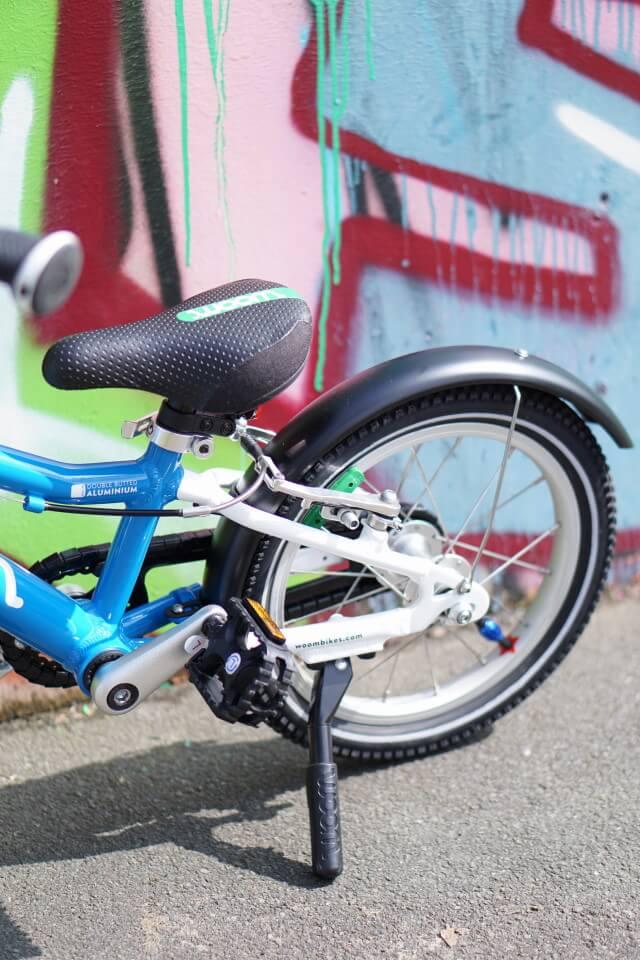 Ein Fahrrad für Kinder, das sehr verkehrssicher ist und alles hat, was ein großes Fahrrad auch hat- Fahrradklingel, Fahrradständer, Pedale und Schutzbleche