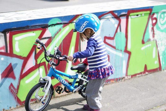 Sicher Fahrrad fahren lernen mit einem Helm - im Straßenverkehr sicher unterwegs mit dem woom 2 Fahrrad für Kinder von woombikes
