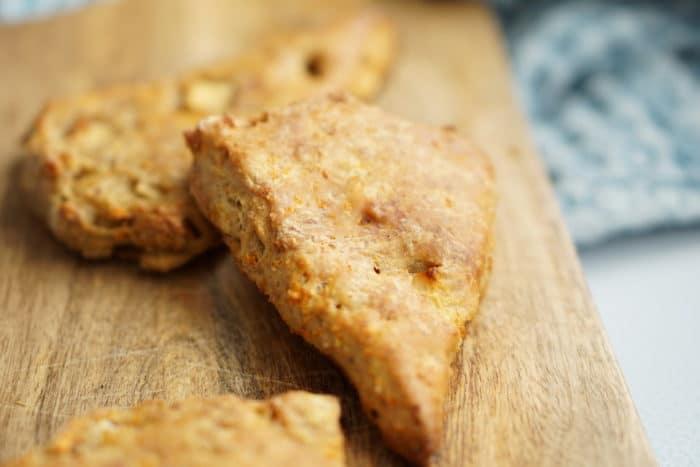 Backen für Babys und Kleinkinder mit einem leckeren Rezept für zuckerfreie Apfel Möhren Brötchen für die gesunde Familienküche