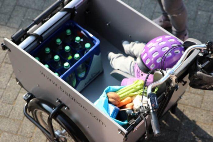 Baby und Einkäufe finden sicher Platz in der großen Transportbox vom Fahrrad - Das Babboe Big-E im Test. Unser Lastenrad mit Elektromotor.