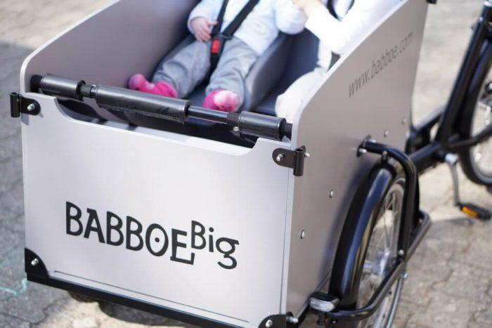 Anschnallgurte und Kindersitz im Transportkorb des Lastenfahrrades