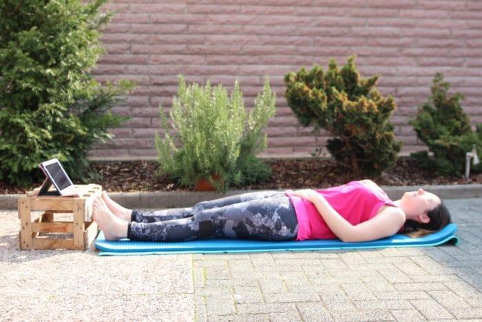 Gymnastik im Sonnenschein - mehr Flexibilität mit dem Rückbildungskurs online und mammaLuv