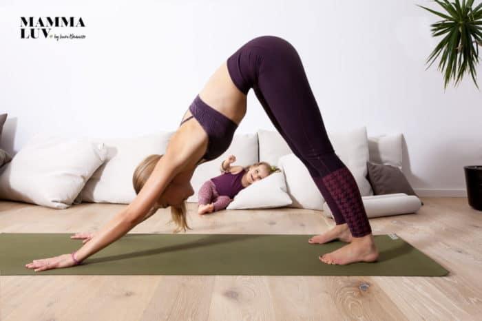 Laura von mammaLuv beim Yoga mit Kind - Pre- und postpartales Yoga, Beckenbodenübungen und Schwangerschaftsgynastik für zuhause