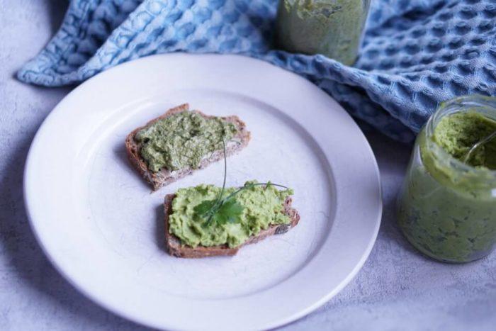vegane und vegetarische Aufstriche - Sonnenbkumenkernaufstrich mit Spinat und grünes Erbsenhummus auf selbstgebackenem Brot
