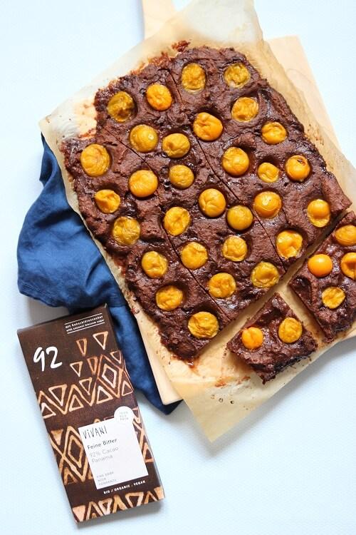 schneller Brownie vom Blech - Rezept für einen Schokoladenbrownie mit Früchte wie Physalis oder Himbeeren mit Schokolade selber machen