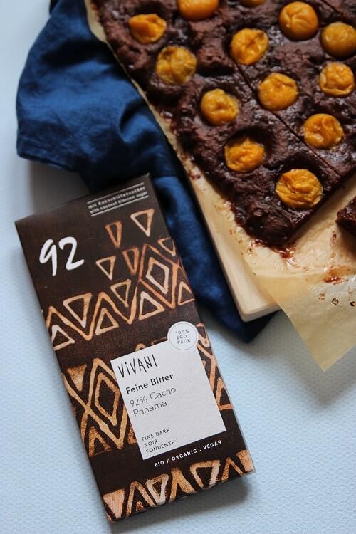 VIVANI Schokolade für unseren schnellen Blechkuchen mit Obst - für das Rezept brauchst du nur wenige Zutaten und etwas hochwertige dunkle Schokolade. Der perfekte Nachtisch zum Grillen im Sommer oder ein kleiner Seelentröster bei Mama Blues am Ende eines stressigen Alltags mit Kindern und Baby