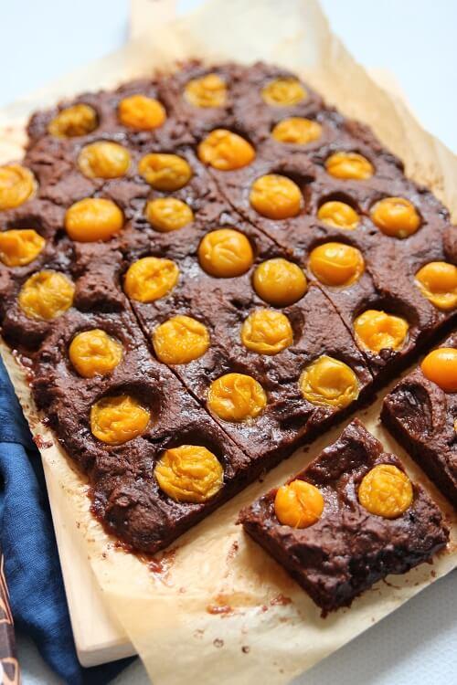 Brownies vom Blech. Rühruchen mit Schokolade schnell und einfach selber machen mit diesem Rezept. Brownies mit Himbeeren, Erdbeeren, Physalis oder Aprikose und Schokolade
