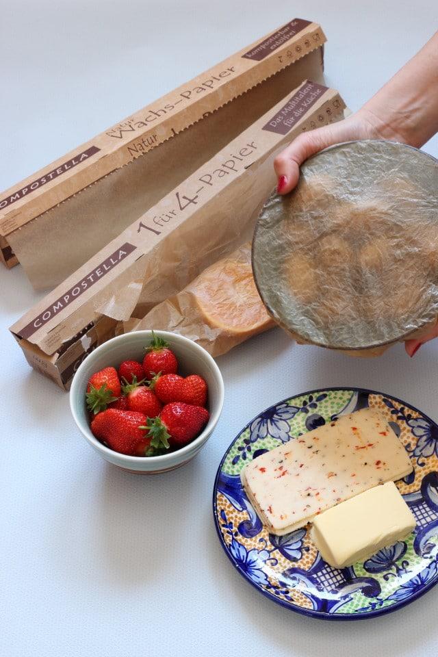 Compostella bietet mit dem 1für4 Papier einen tollen Ersatz für Frischhaltefolie. Essensreste können ohne Plastikdose und Folie verpackt werden. Kompostierbares Klebeband und Butterbrotpapier aus nachwachsenden Rohstoffen und kompostierbar
