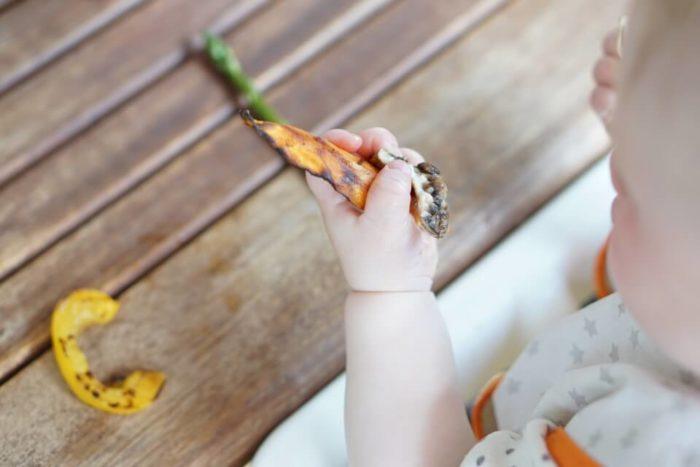 Baby mit Spargel und Süßkartoffel beim Grillen. BLW Rezepte und Ideen für das Grillen mit Baby