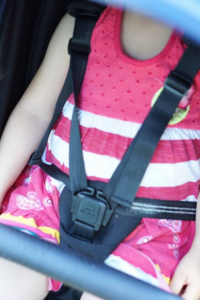 5-Punk-Gurt-System zum Anschnallen von Baby und Kleinkind beim vorwärst gerichteten Fahren im Buggy