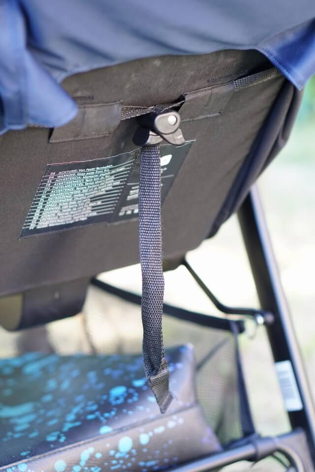 einfacher Clip um die Lehe des Buggys in eine Liegefläche zu verwandeln - erlechtert den Alltag mit Kindern