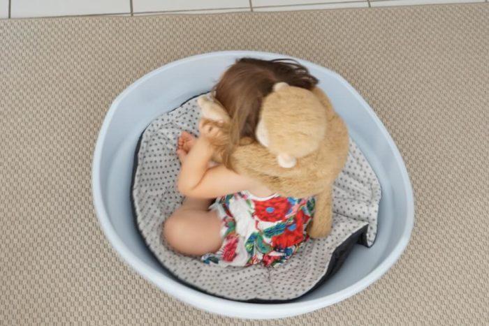 Kleinkind mit Kuscheltier Affe in der Wippe von BIG