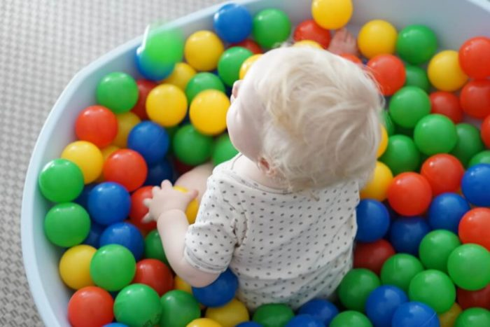 Bällebad für Babys - die Wippe kann einfach vielseitig genutzt werden